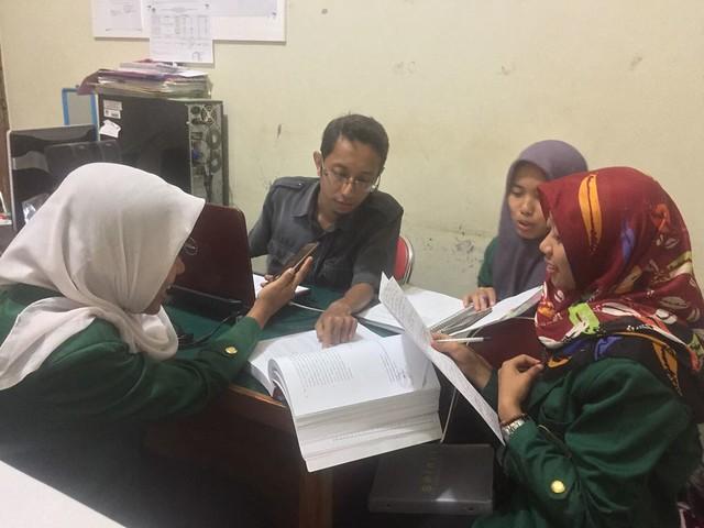 Staff Subag Program dan Data KPU Tulungagung Bagus Wahyu Permana saat melayani mahasiswi IAIN Tulungagung terkait permintaan data tahapan Pikada 2018 (20/11)