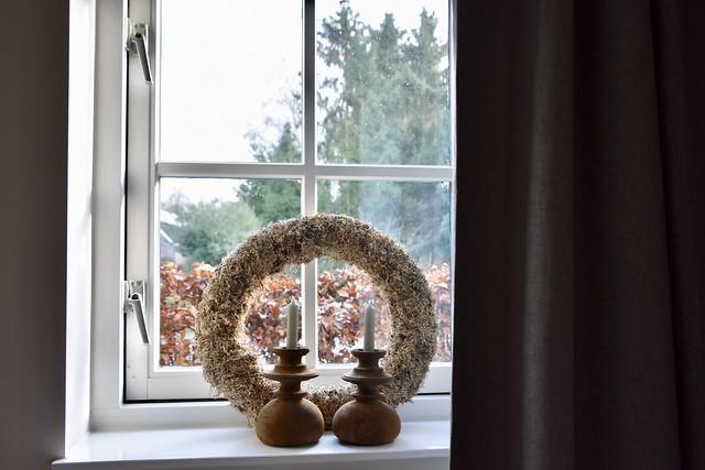 Krans vensterbank kandelaars