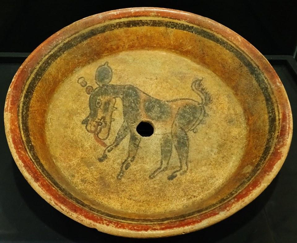 Plato pintura de venado ceramica Maya exposicion antiguo Colegio de la Compañia de Jesus Antigua Guatemala 06