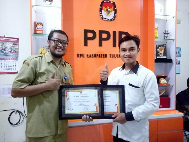 Dimas Arif Ari Wibowo pemenang lomba mars dan jingle KPU Tulungagung saat mengambil sertifikat juara mars dan jingle di Kantor KPU Tulungagung (25/11)