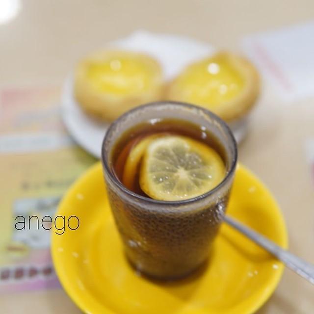 九龍女子を引っ張って湾仔へ。@radwynn さんおすすめのホノルルカフェで我々はエッグタルトとレモンティー。 やっぱりレモンはガシガシしなくっちゃ!!😃 #yummy #HongKong #wanchai #wanchaifood #湾仔 #香港