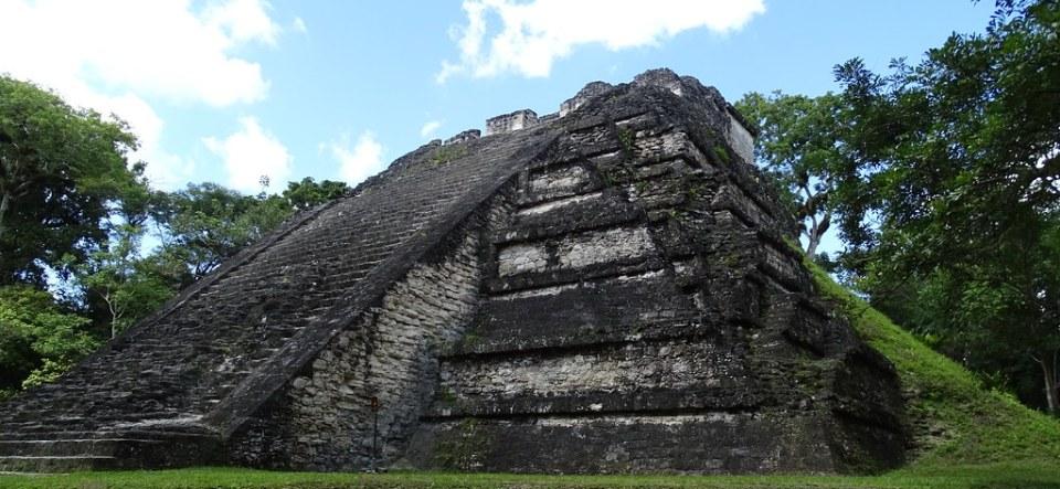 Tikal Gran Piramide del Mundo Perdido ciudad Maya Guatemala 02