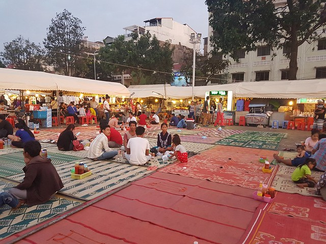 Manger en tailleur sur un tapis du night market a phnom penh