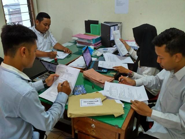 Sejumlah staf KPU Tulungagung terlihat sibuk memeriksa lembar jawaban ujian tulis calon anggota PPS di kantor KPU Tulungagung, Kamis (2/11)
