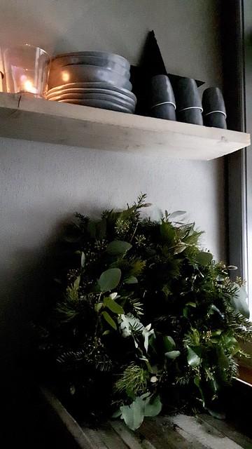 Groene kerstkrans keuken