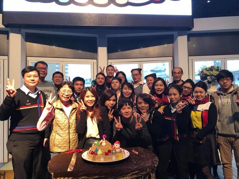 唐玉書在翰品酒店花蓮/祝福第四季壽星吃生日蛋糕。 @ 環保阿嬤金鳳姨 :: 痞客邦