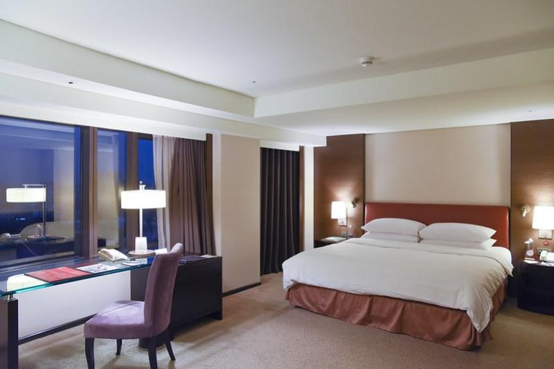 deluxe room at shangri-la's far eastern plaza hotel tainan
