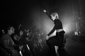 MØ Letting the Fans Carry One