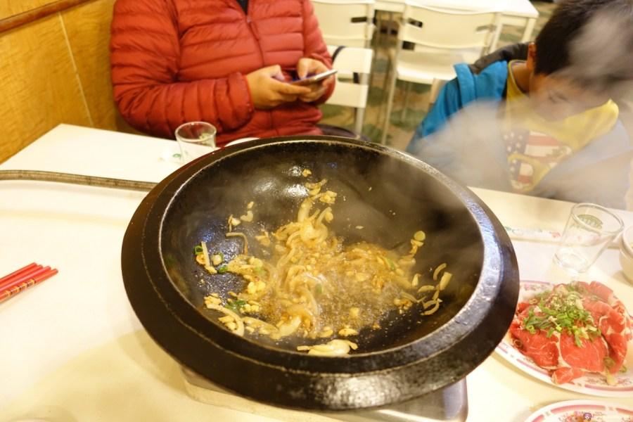 [桃園美食]佑專火鍋店~桃園市政府附近美食.專人桌邊伴炒服務.道地傳統石頭火鍋 @VIVIYU小世界