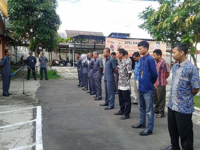 Drs. Mundiyar memberi pengarahan saat apel pagi di halaman Kantor KPU Tulungagung, Senin (26/2)