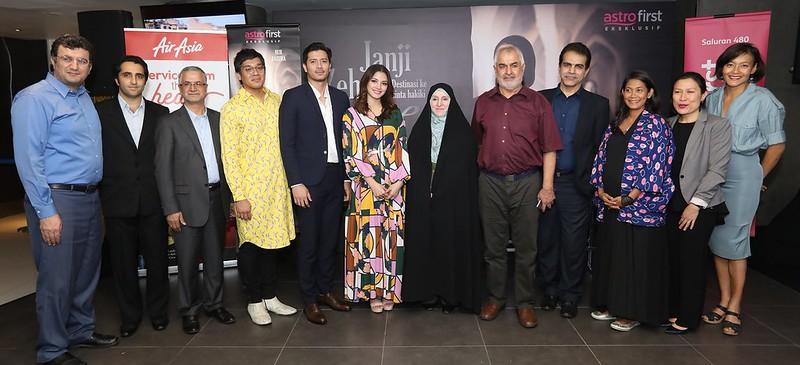 Bernard Chauly (Pengarah), Zabrina Fernandez (Pengarah), Nur Fazura bergambar dengan wakil dari Kedutaan Besar Iran di Malaysia