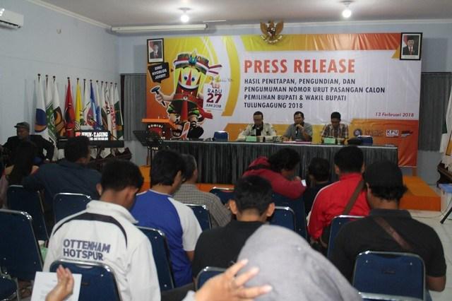 KPU Tulungagung gelar Press Release hasil penetapan dan pengundian nomor urut paslon Bupati dan Wakil Bupati Tulungagug di Media Center KPU Tulungagung (13/2)