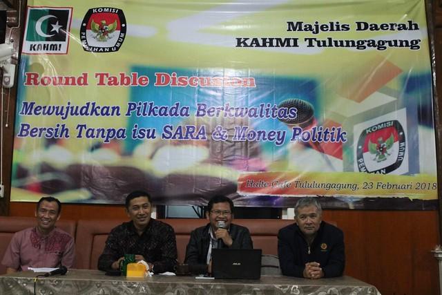 Suprihno bersama narasumber lainnya di acara diskusi yang diselenggarakan KAHMI Tulungagung, Jumat (23/2) malam