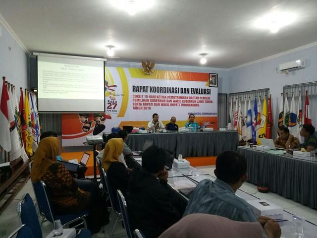Suprihno saat memimpin rakor evaluasi coklit pemutakhiran data pemilih di Gedung Media Center Kantor KPU Tulungagung, Jumat (23/2)