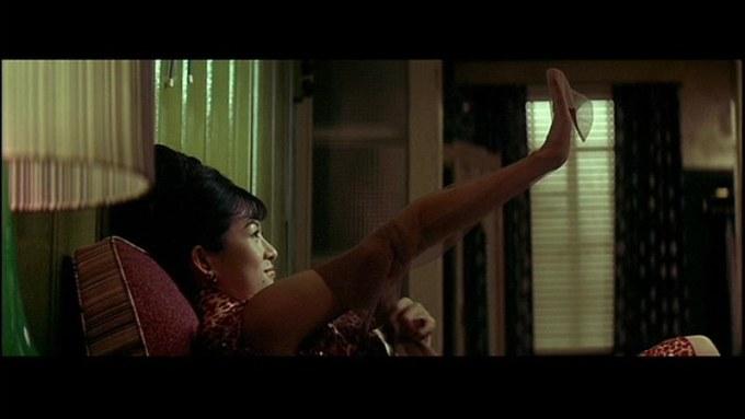 パイ・リン演じるチャン・ツーイーが引越し直後に隣人からガーター・ストッキングをプレゼントしてもらって喜んでいる場面。