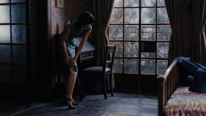 映画「ラスト・コーション」でタン・ウェイが旗袍を脱ぐ場面。チャイナ・ボタンを一つずつ外していきます。中からスリップ・ドレスが見えています。