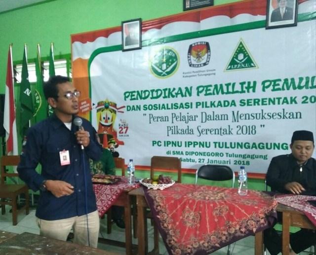 M. Fatah Masrun Anggota KPU Tulungagung saat menjadi narasumber dalam Pendidikan Pemilih Pemula dan Sosialisasi Pilkada 2018 PC IPNU IPPNU Tulungagung di SMA Diponegoro Tuungagung (27/1)