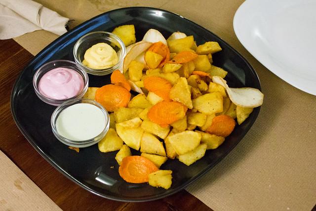 Patatas, zanahoria y yuca con salsas
