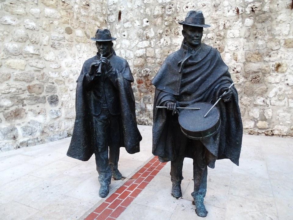 Burgos Escultura estatuas de musicos con dulzaina y La caja 14