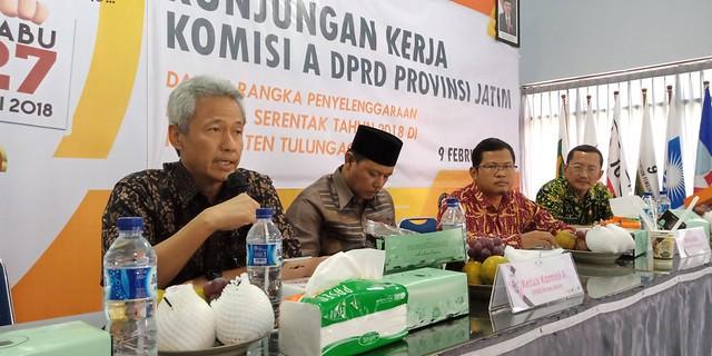 Miftahul Ulum Wakil Ketua Komisi A DPRD Jatim saat memberi pemaparan dalam kunjungan ke Kantor KPU Tulungagung, Jumat (9/2)