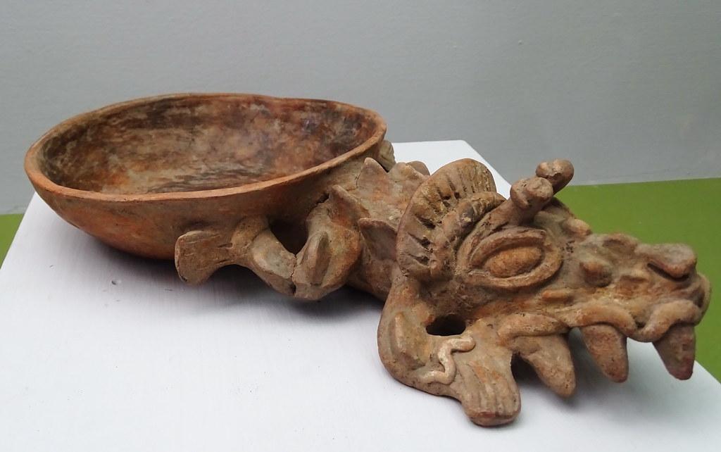 arte maya Plato con mango zoomorfo ceramica Postclasico Museo Nacional de Arqueologia y Etnologia Ciudad de Guatemala
