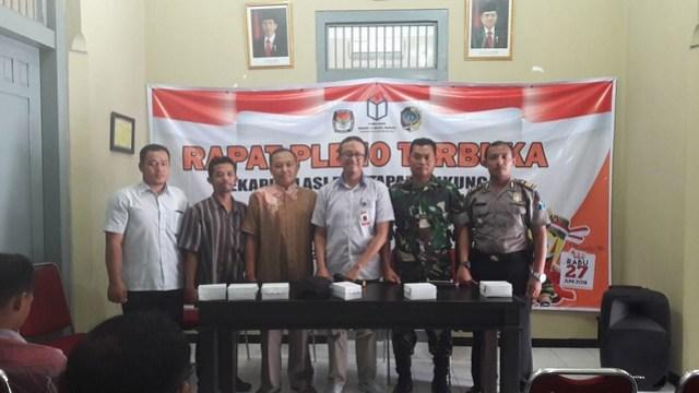 Anggota Komisioner KPU Tulungagung VIctor Febrihandoko saat melakukan Monitoring Rekapitulasi Dukungan Bakal Calon Perseorangan di PPK Karangrejo (27/12)