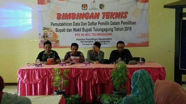 PPK Kecamatan Tulungagung mengadakan Bimbingan teknis (bimtek) pemutakhiran data dan daftar pemilih dalam pemilihan bupati dan wakil bupati Tulungagung 2018 digelar di kantor Kelurahan Kutoanyar pada Rabu (20/12)