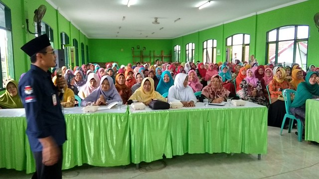 Fatah Masrun saat menghadiri sekaligus menjadi narasumber terkait sosialisasi tahapan pilkada 2018 dalam rapat koordinasi (rakor) di aula PCNU pada Selasa (20/2)