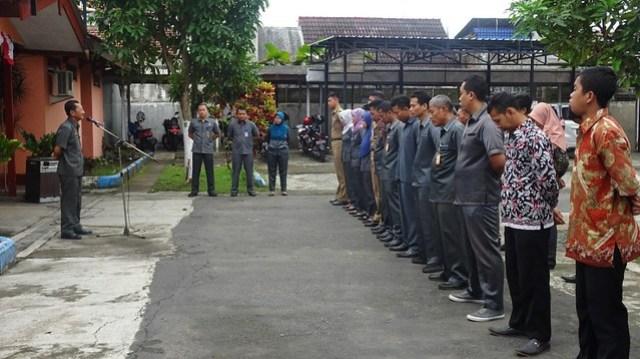 Apel pagi di halaman Kantor KPU Tulungagung, dipimpin Sekretaris KPU Tulungagung, Drs Mundiyar, Senin (15/1).