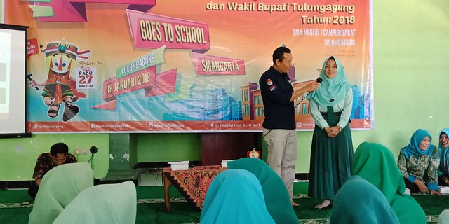 Antusias Peserta Didik SMAN 1 Campurdarat dalam Kegiatan Sosialisasi Pilkada 2018 oleh KPU Tulungagung (18/1)