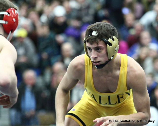 132: Jake Gliva (Simley) over Sebas Swiggum (Apple Valley), maj dec 13-5. 180202AJF0070