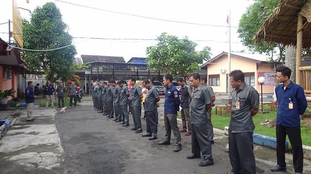 Ketua KPU Tulungagung Suprihno, saat memimpin apel pagi hari senin di halaman Kantor KPU Tulungagug (8/1)