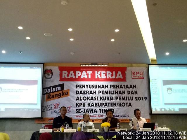 Eko Sasmito saat memberi pengarahan dalam rapat kerja (raker) penyusunan pendataan Dapil dan alokasi kursi Pemilu 2019 KPU kab/kota Se-Jawa Timur di Yello Hotel, Surabaya (24/1)