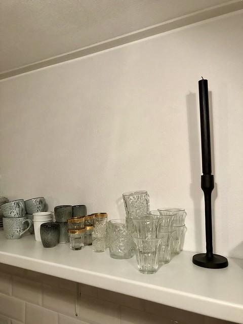 Plank met glas- en servieswerk