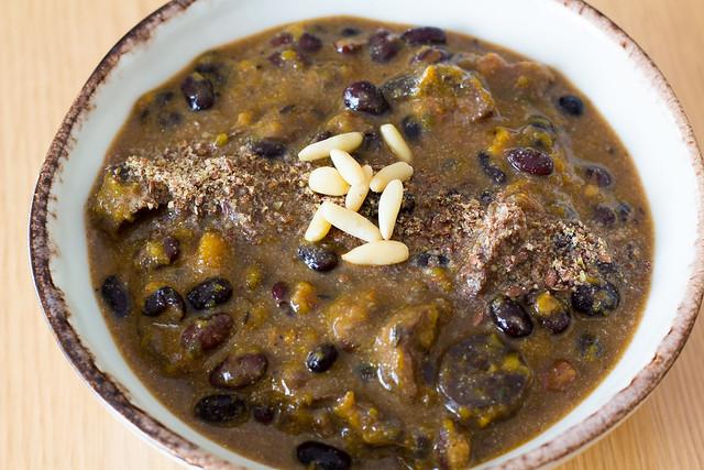 Sopa de alubias negras, calabaza y champiñones