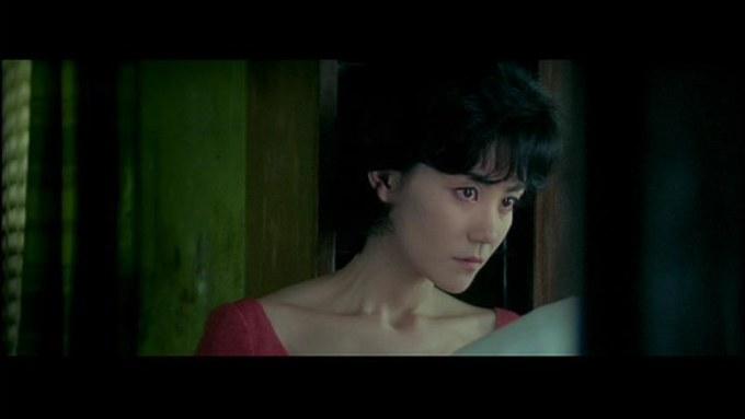 日本人男性に振られた場面のフェイ・ウォン(王菲)。この映画では神経質な女性の役を務め、細い首筋と広い肩が目立ちました。