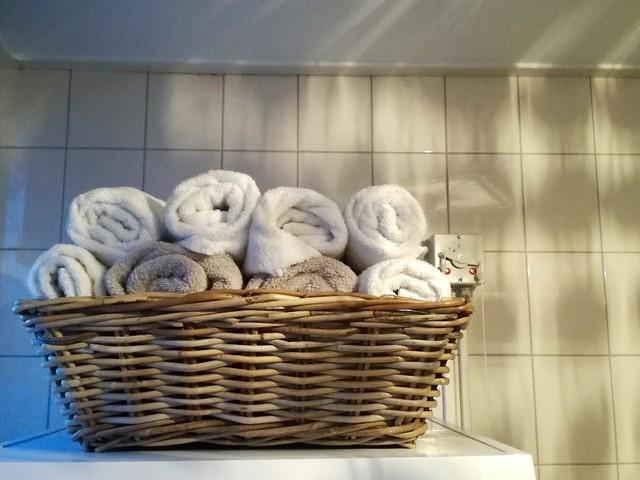 Mand met opgerolde handdoeken