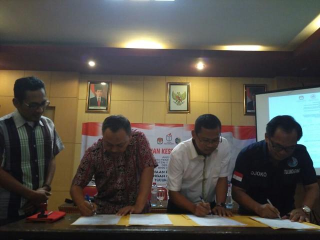 Suprihno menandatangani MoU pemeriksaan kesehatan Calon Bupati dan Wakil Bupati Tulungagung 2018 bersama dr Kasil Rahmad dan AKBP Djoko Purnomo, Selasa (2/1) siang