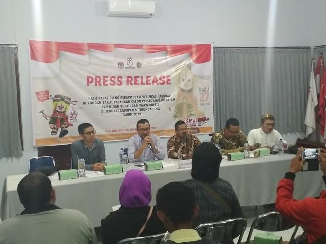Suasana Press Release Hasil Rapat Pleno Rekapitulasi Verfak Dukungan Bakal Paslon Perseorangan, tadi malam (29/12)