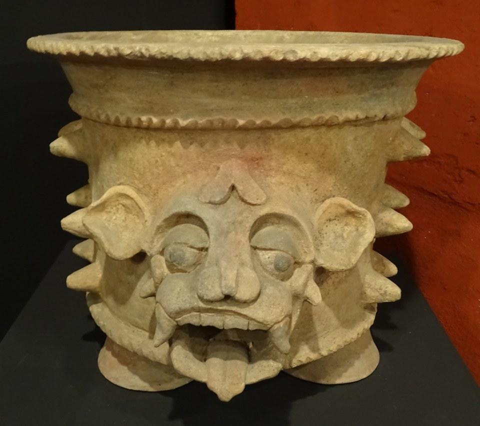 vasija relieve cabeza de jaguar ceramica Maya exposicion antiguo Compañia de Jesus Antigua Guatemala 01