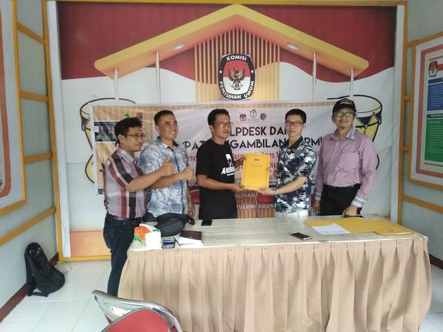 Tim dari partai politik DPC PDI Perjuangan mengambil formulir pencalonan Bupati dan Wakil Bupati Tulungagung tahun 2018 di kantor KPU Tulungagung (3/1)