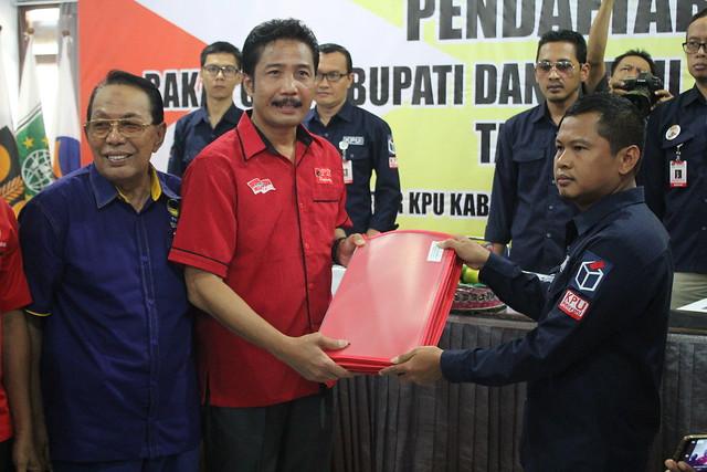 Ketua KPU Tulungagung Suprihno menerima berkas pendaftaran paslon bupati dan wakil bupati dari parpol PDI Perjuangan dan Nasdem yang mengusung paslon SahTo di Media Center KPU Tulungagung (8/1)