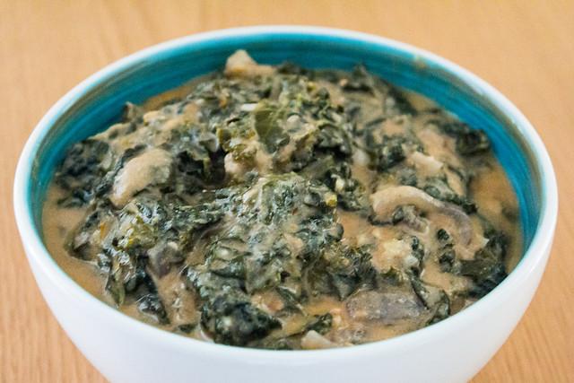 Kale con salsa de cacahuetes