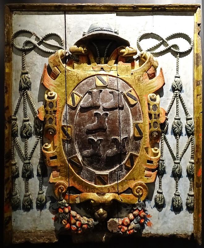 Escudo de obispo Sala de la Modernidad Exposicion Occidens Catedral de Santa Maria La Real Pamplona