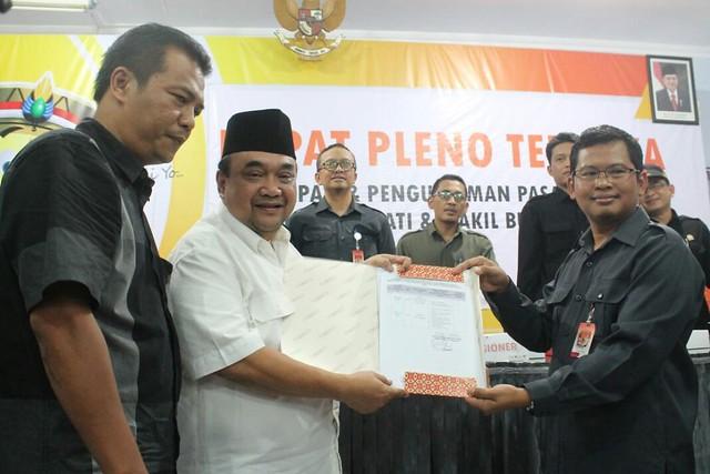 Suprihno menyerahkan SK penetapan paslon pada Margiono yang didampingi Eko Prisdianto, di Media Center KPU Tulungagung (12/2)