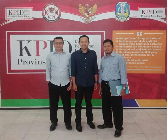 Dari kiri, Anggota KPU Suyitno Arman, S.Sos., M.Si., Wakil Ketua KPID Provinsi Jatim Bashlul Hazami, SE., M.Si., dan Ketua KPU Tulungagung Suprihno, M.Pd., sesuai Koordinasi di Kantor KPID Jatim (7/2)