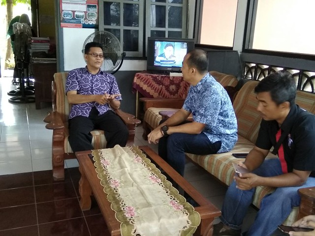 Suasana koordinasi persiapan kegiatan Goes to School KPU Tulungagung ke SMA Negeri Karangrejo (12/1)