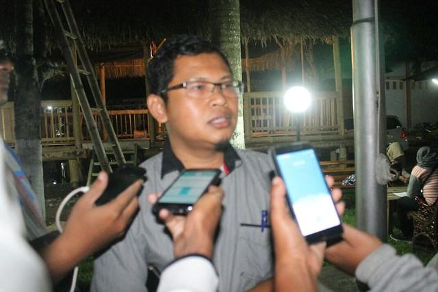 Ketua KPU Suprihno, M.Pd., saat dikonfimasi awak media di halaman kantor KPU Tulungagung (15/2)