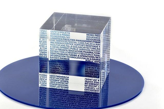 nadruk cyfrowy UV na sześcianie ze szkła, jako element statuetki