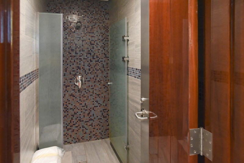 shower stall at emirates business class lounge (dxb) concourse b